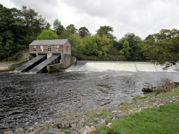 Hydroelectric building by weir on River Wharfe in England © Copyright Andrew Curtis. Licensed for Creative Commons reuse